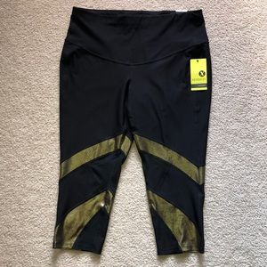 Xersion Black Gold Cropped fitted leggings